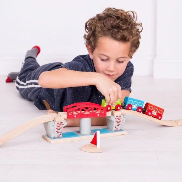 Le pont tournant circuit train en bois est destiné aux enfants dès l'âge de 3 ans.