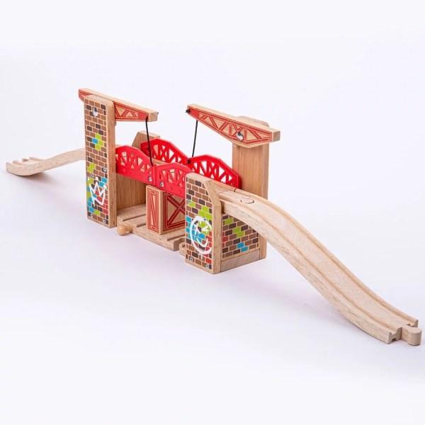 Le pont à bascule double pour circuit de train en bois est compatible avec toutes les grandes marques de circuits de train et chemins de fer en bois.