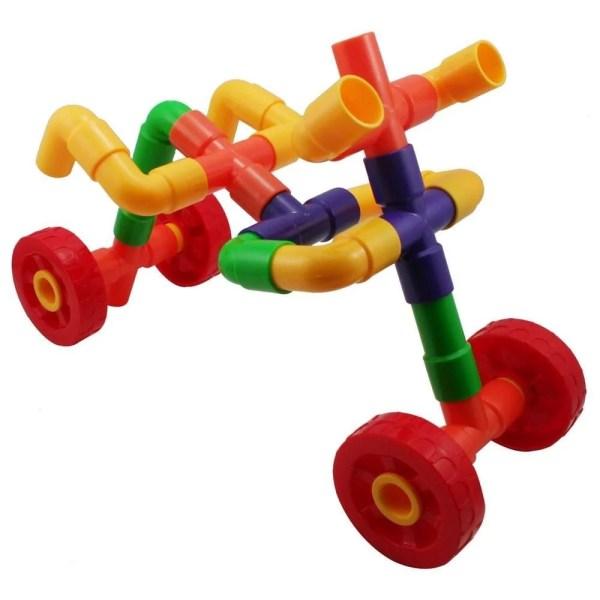 """Les 144 pièces du jeu de construction tuyaux encastrables sont constituées de 52 tuyaux droits, 52 en forme de """"L"""", 12 en forme de croix et 16 roues."""