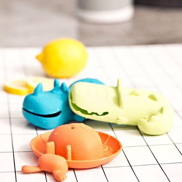 Ces-animaux flotteurs en plastique sont tout ce qu'il faut à bébé pour passer du bon temps dans le bain.