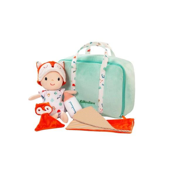 Bébé nomade est un poupon en tissu livré dans sa valise avec toutes ses affaires pour jouer au papa ou à la maman. C'est une première poupée parfaite.