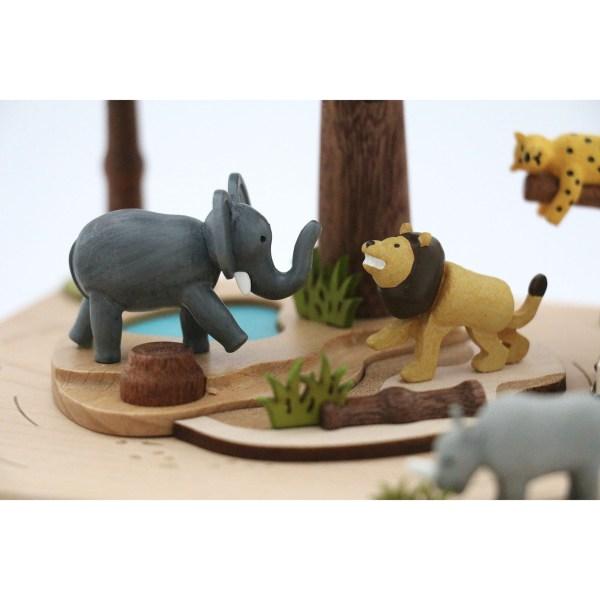 détails sur le lion et l'éléphant sous l'arbre central de la Boîte à musique Safari