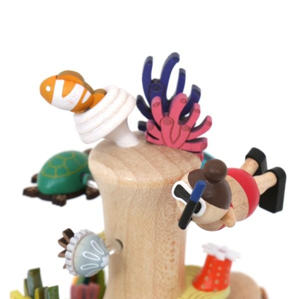 détails du haut de la Boite à musique plongeur avec les poissons les coraux et le nageur
