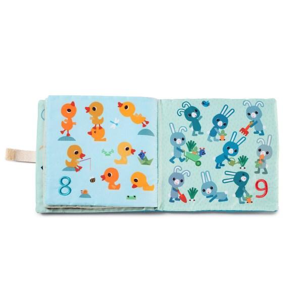 """Les belles couleurs vives des illustrations vont attirer l'œil des enfants qui prendront plaisir à """"feuilleter"""" ce livre en tissu et apprendront ainsi à les chiffres jusqu'à dix en s'amusant."""