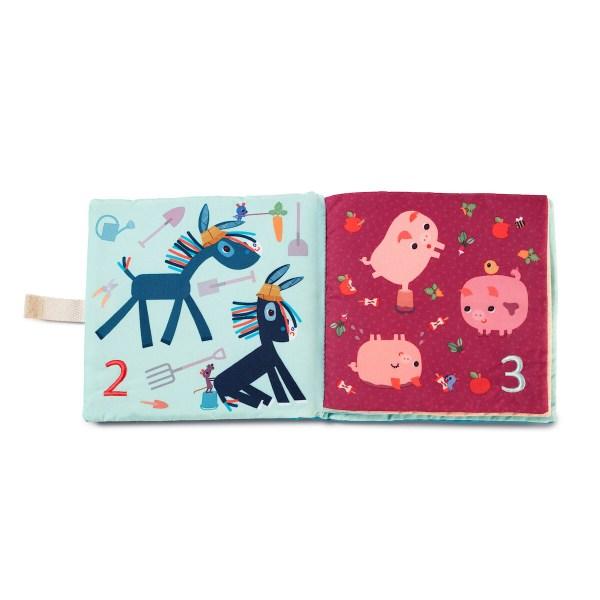 A chaque page, des animaux rigolos présentent chaque nombrer. Par exemple 1 vache, 2 petits ânes, 3 petits cochons, 4 moutons, 5 renards ... pour terminer en dernière page par un magnifique paon et ses 10 belles plumes !
