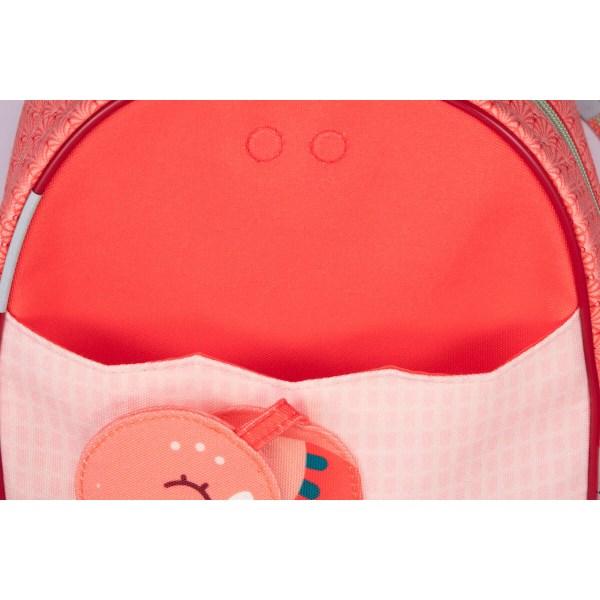Muni de bandes réfléchissantes, le sac à dos Anaïs permet d'être vu facilement sur la route. Le sac est imperméable et peut ainsi affronter les intempéries mais aussi se laver très facilement.