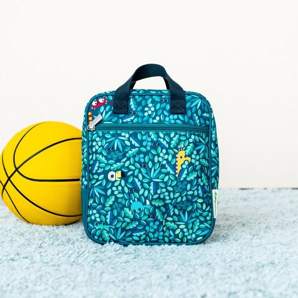 Le sac est imperméable et peut ainsi affronter les intempéries mais aussi se laver très facilement. Fabriqué à partir de matières 100% recyclées, c'est un sac à dos écologique d'une très grande légèreté. Le sac à dos Jungle est l'équipement indispensable pour une rentrée scolaire réussie et des vacances sans soucis !