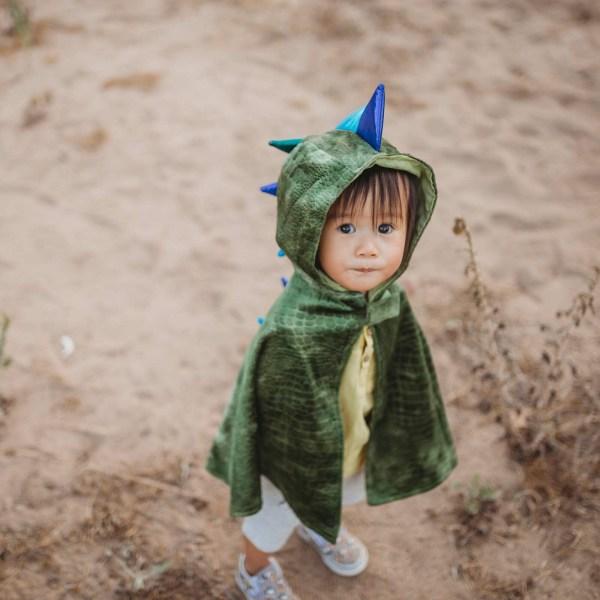 Cape de dragon portée par un enfant de face