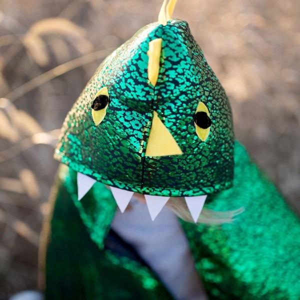 Cape réversible dragon et chevalier portée par un enfant qui montre la tête du dragon