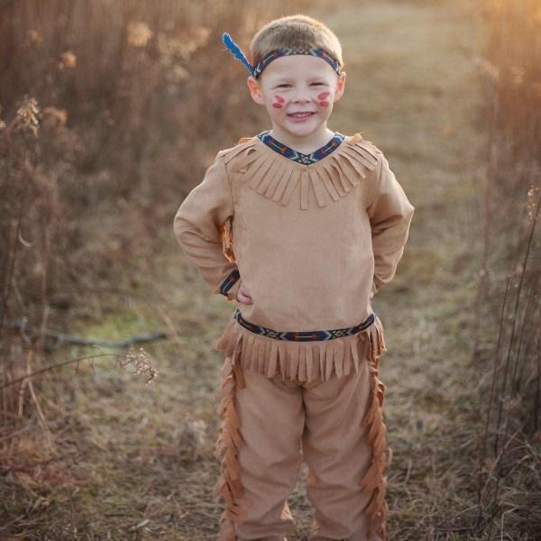 Costume d'indien porté par un petit garçon