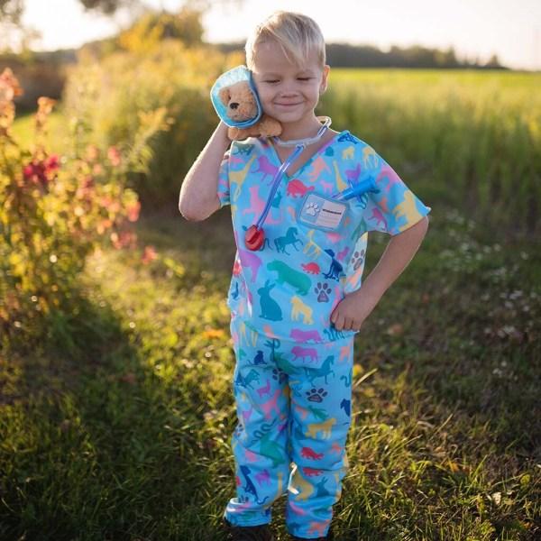 Un enfant porte le déguisement de vétérinaire et ses différents accessoires