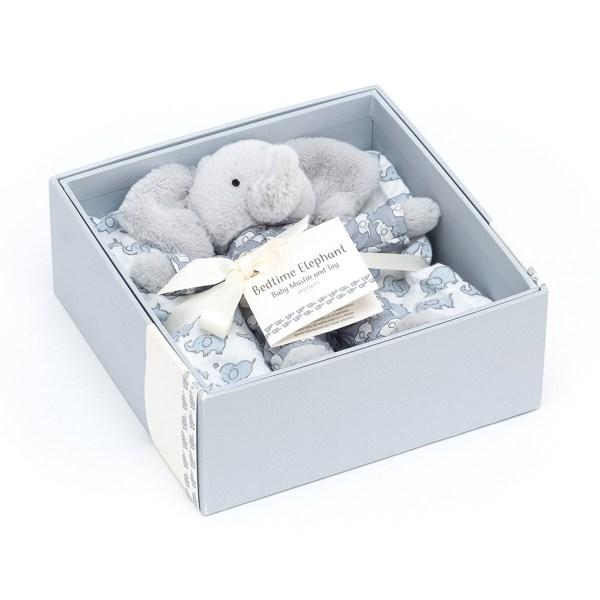 Ce coffret de naissance se compose d'un petit doudou très doux et d'un carré de mousseline assorti encore plus doux encore. Le tout est joliment présenté dans une élégante boîte cadeau.