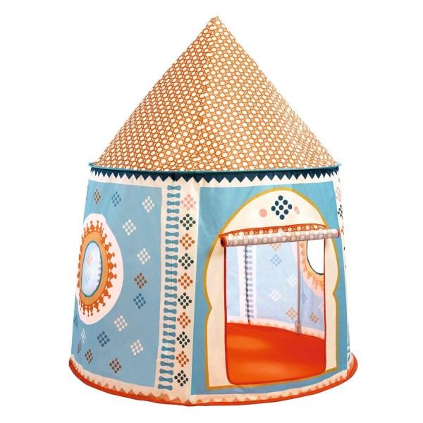 Cabane orientale en tissu avec une porte en tissu qui se roule