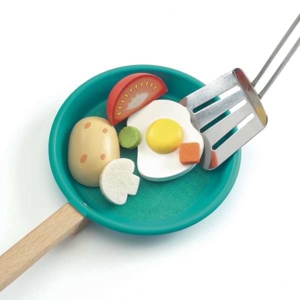 poêle remplie d'aliments avec spatule