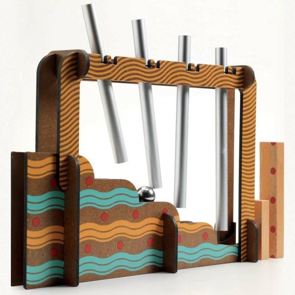 escalier avec des tubes en métal du circuit de jeu Zig & Go Music