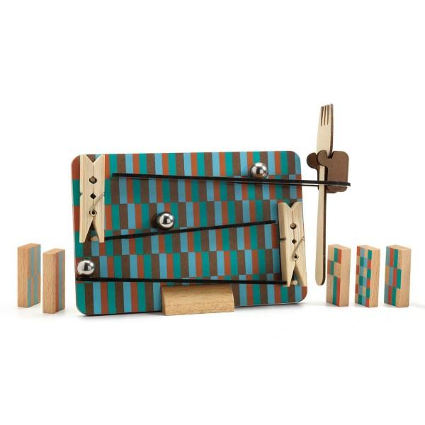 Zig & Go Fork en place avec les dominos en bois la fouchette les 2 pinces à linge et les billes qui descendent du panneau avec les rampes