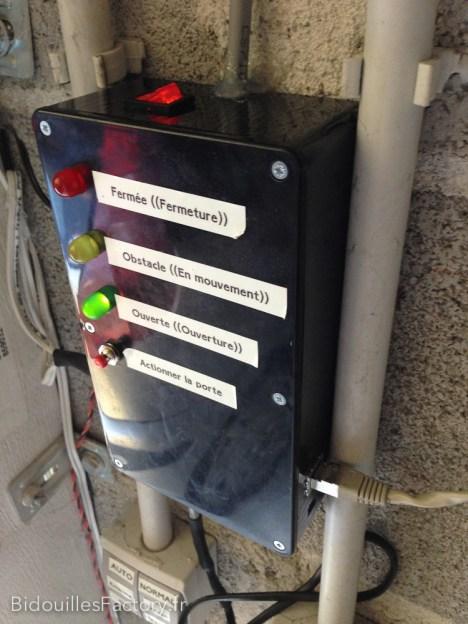 Une vue du boîtier avec la prise Ethernet, l'entrée du capteur haut, la sortie de la commande moteur et le bouton power