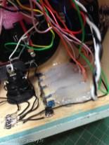 Les LEDs maintenues par de la colle de pistolet à colle