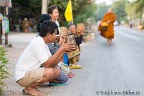 monks-thai-alms
