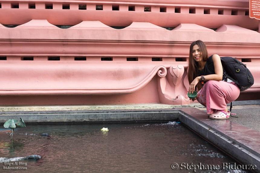femme-thai-offrande-temple-lotus-erawan-musee