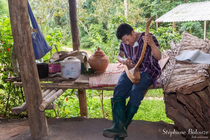 karen-harpe-thailande-village-musicien