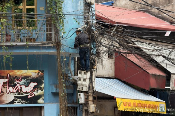 homme-agent-entretien-electricité-vietnam