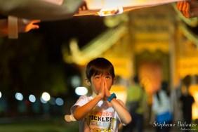 garçon-thai-prière-lanterne