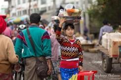 femme-myanmar-porter-tete-equilibre