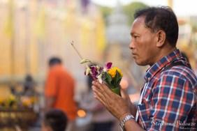 thai-homme-prière-temple-encens
