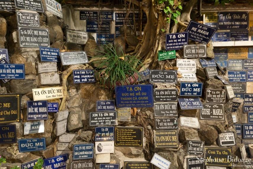 Nhà-thờn-église-plaques-morts-saigon