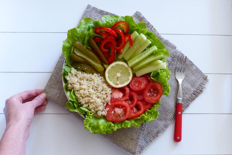 Assiette-arc-en-ciel-quinoa-et-crudites