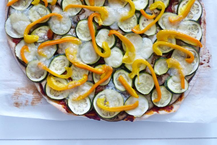 Pizza-maison-aux-courgette-aubergine-et-poivron-jaune