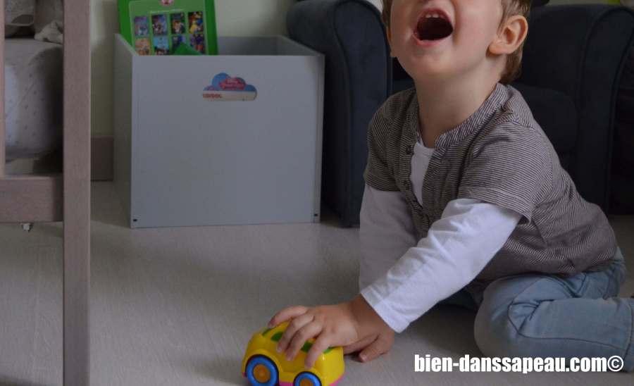 poutch-bebe-entre-12-et-16-mois-voiture
