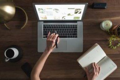 teletravail ordinateur cafe livre ecriture