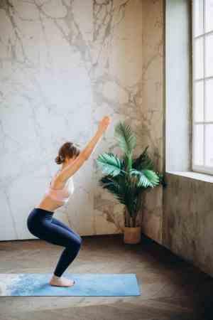femme en posture de la chaise au yoga
