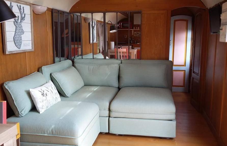 Le canapé lit du salon de la roulotte