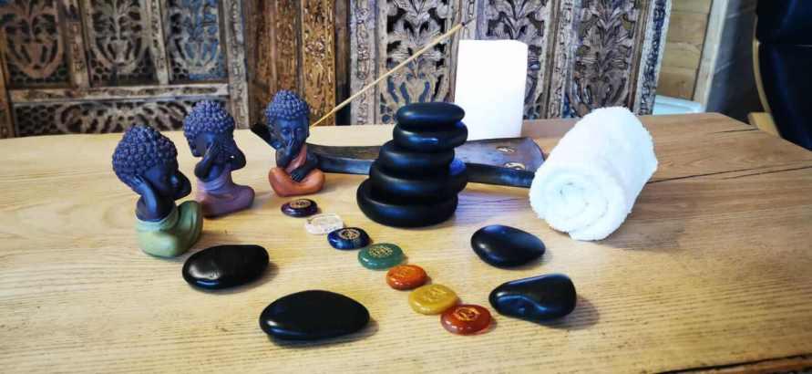 Massage duo aux pierres chaudes et pierres chakra