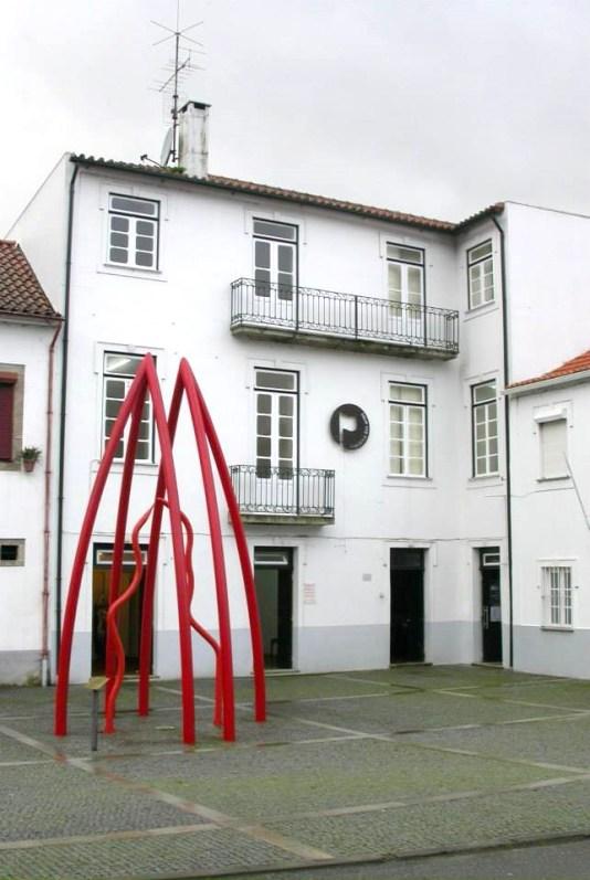 """Isabel e Rodrigo Cabral """"Catedral"""", 1999 Escultura Madeira e Resinas 600 x 300 cm"""