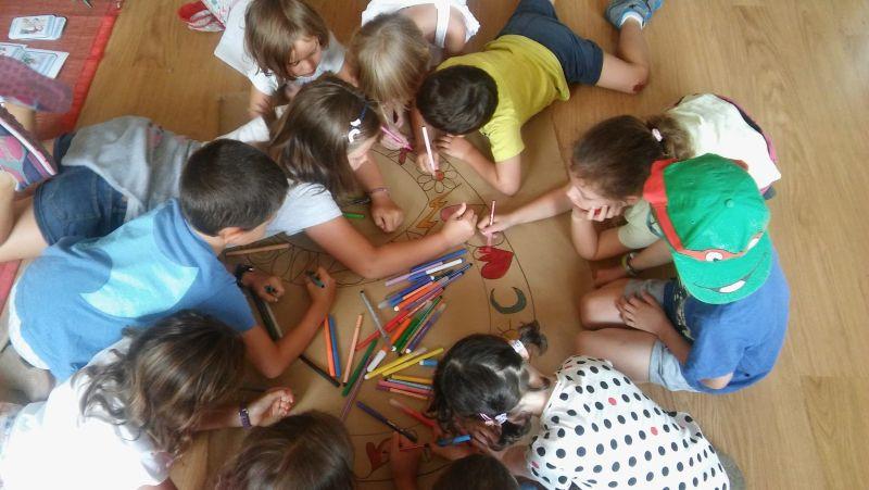Elaborando un mural para trabajar la empatía.
