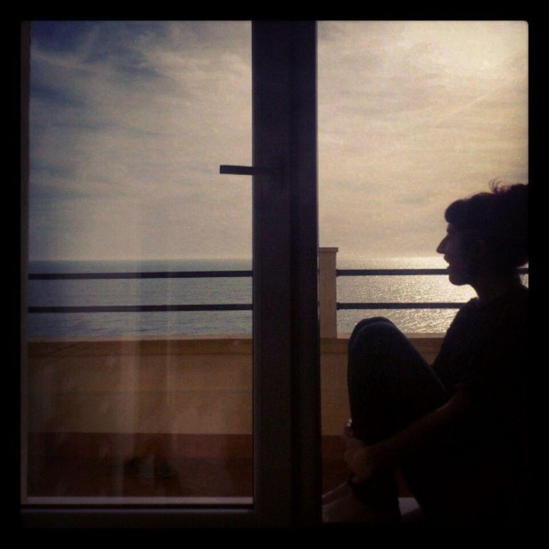 Yo, sentada en la repisa de la ventana de mi habitación.