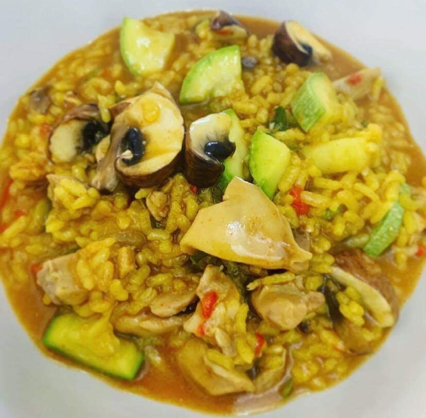 Delicioso arroz cremoso con pollo y verduras