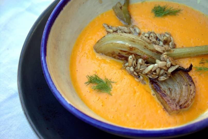saludable crema de zanahoria con hinojo y piñones