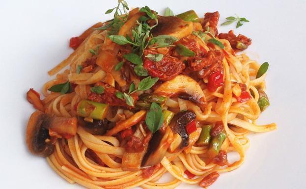 delicioso espaguetis con chorizo y champiñones