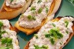 Delicioso atún y verduras en panecillos