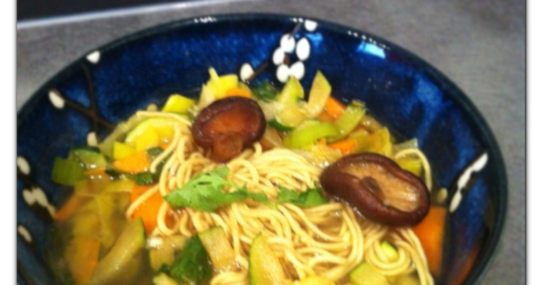 Soupe de nouilles asiatiques au shiitakes et petits légumes détox