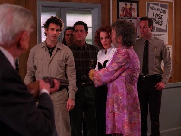 Twin-Peaks-Season-2-Episode-14-37-127c