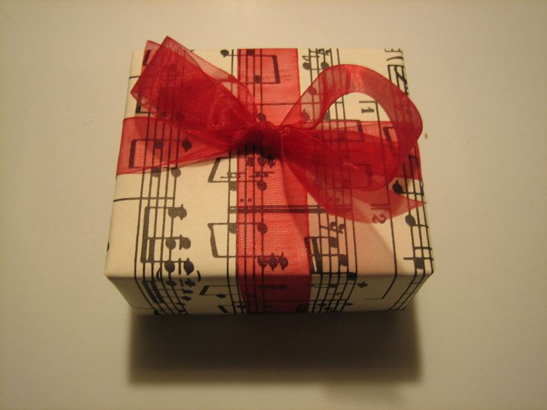 1280px-Music_present