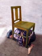 酷刑模擬演示圖:五花大綁塞到椅子底下
