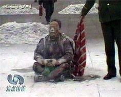 央視錄像中,被大火燒過的王進東,面部嚴重燒壞,腿上的棉衣燒爛,但他兩腿間盛汽油的塑料雪碧瓶卻翠綠如新,最易著火的頭髮也還完整。