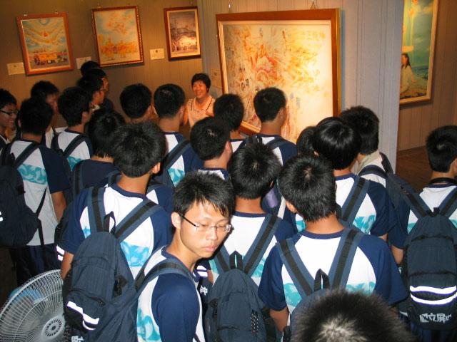 國立 屏東 中學 一 年級 十七 班 師生 聆聽 導 覽 講解